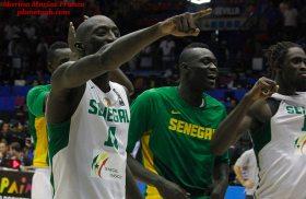 Los jugadores de Senegal celebran su trabajada victoria.