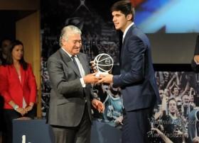 Todorovic recibiendo su premio de jugador incluido en mejor quinteto ACB